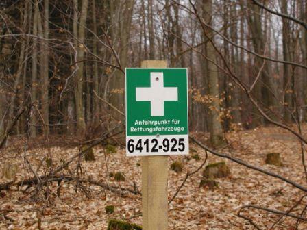 Solche Schilder (weißes Kreuz auf grünem Grund) markieren die Rettungspunkte.